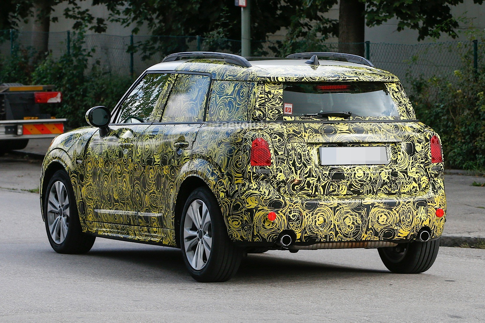 spyshots-2017-mini-countryman-disguise-thins-out-shows-unconventional-design_22
