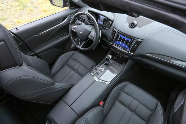 2017-Maserati-Levante-interior