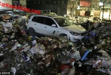 عاقبت پارک خودرو جلوی درب محل تخلیه زباله!