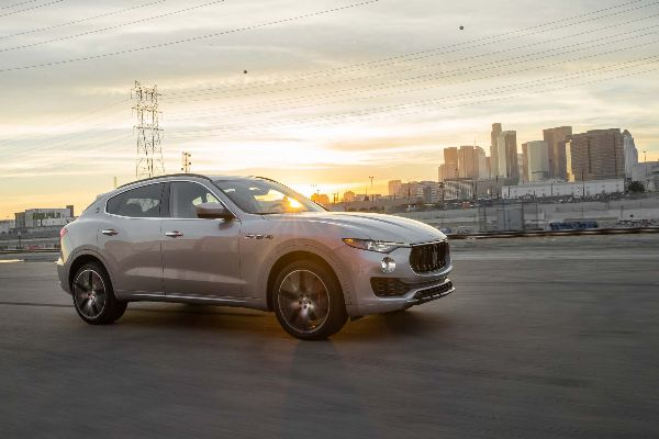 2017-maserati-levante-sq4-side-in-motion