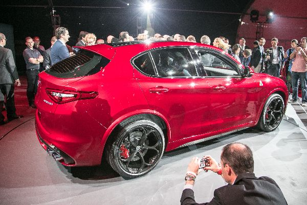 2018-alfa-romeo-stelvio-rear-three-quarter