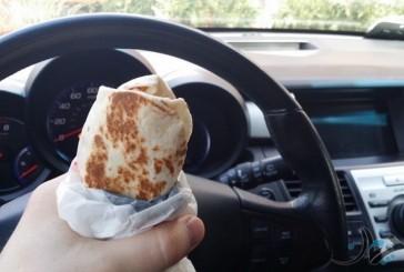 ۱۰ تا از بهترین و بدترین خوراکیهایی که میتوانیم در حال رانندگی بخوریم!