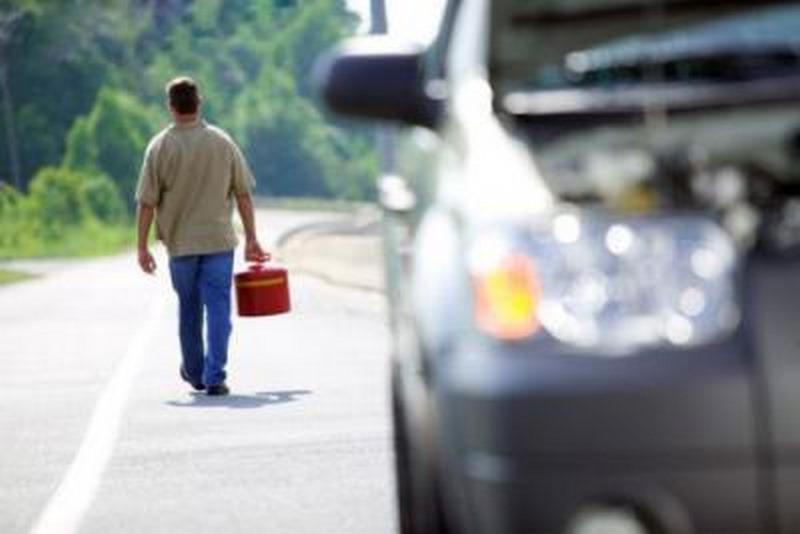 بعد از روشن شدن چراغ اخطار بنزین، چقدر میتوان رانندگی کرد؟ مکمل بنزین