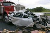 نجات معجزه آسا از زیر چرخهای یک کامیون ۱۸ چرخ